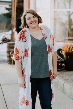 White and peach kimono. What to wear to work. How To Wear Hoodies, How To Wear Vans, What To Wear, Summer Kimono, Long Kimono, Spring Outfits, Trendy Outfits, Cute Kimonos, How To Wear Scarves