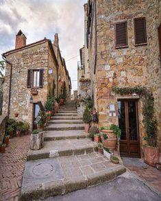 Pienza, Tuscany, Italy. Photo by @sennarelax