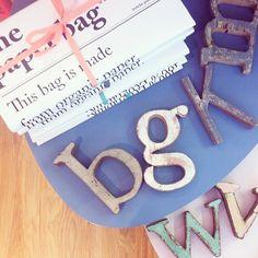 Nuestras bonitas letras de madera reciclada son el complemento perfecto para decorar una pared o un rincón especial de tu casa. Busca tu palabra o letra...