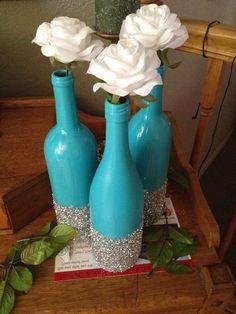 Todo lo que necesitas son las botellas de vino, pintura y purpurina aerosol !!  DIY fácil: