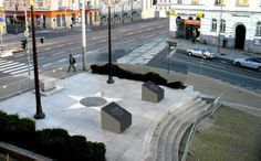 Odstranění poškozených pylonů pomníku Díky, Ameriko! žádným způsobem neomezí dopravu v Plzni, dojde pouze k menšímu záboru prostranství kolem památníku. Pylony, jež jsou v havarijním stavu a kolem nichž je prostor už několik týdnů oplocen a uzavřen, odřízne specializovaná firma během čtvrtého dubnového víkendu.