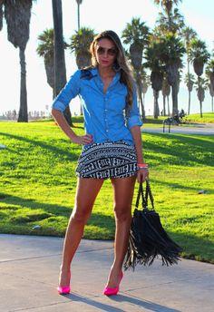 #fashion #fashionista Vanessa azzurro bianco nero Look com shorts em estampa étnica e camisa jeans | Decor e Salto Alto