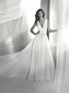 REINADO: A sophisticated design for elegant brides. A wedding dress with movement, a V-neck and a square back. Pronovias 2018 Collection