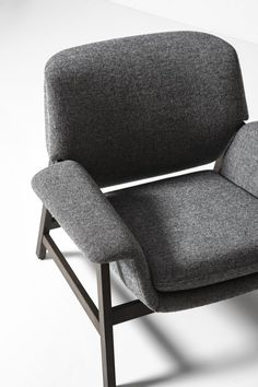 Upholstered armchair with armrests AGNESE by Tacchini Italia Forniture design Gianfranco Frattini Chair Sofa Bed, Upholstered Arm Chair, Armchair, Cool Furniture, Modern Furniture, Furniture Design, Poltrona Design, Love Chair, Grey Chair