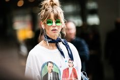 Street style à la Fashion Week printemps-été 2017 de New York : chignon haut top…