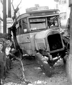 """En 1943 en Primera Junta este ómnibus de la línea 29, es protagonista de un accidente de tránsito. Tras el mismo, pibes y grandulones aprovechan para colarse en la foto que toma algún reportero gráfico, con la esperanza de """"salir en el diario"""". Antique Cars, Monster Trucks, Antiques, Vehicles, Cities, Going Out, Diary Book, Photos, Vintage Cars"""