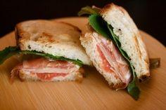 Бутерброды с хамоном и зеленью - то что нужно для быстрого завтрака!