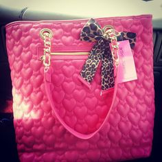Love! I can never have too many pink purses:))