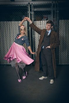 The Doctor and Rose cosplay. Someday when I meet my dude, we must have a cosplay like this! It's fantastic! Couples Halloween, Trendy Halloween, Halloween Kostüm, Couple Halloween Costumes, Halloween Cosplay, Halloween Customs, Doctor Who Halloween Costumes, Halloween Outfits, Doctor Who Cosplay