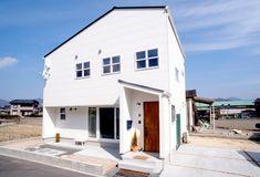 カラフルな色使いが個性を演出する、三角屋根のかわいい家