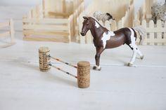 Pferde Hindernisse selber bauen Barn Crafts, Door Crafts, Horse Crafts, Diy And Crafts, Crafts For Kids, Schleich Horses Stable, Horse Stables, Breyer Horses, Happy Parents