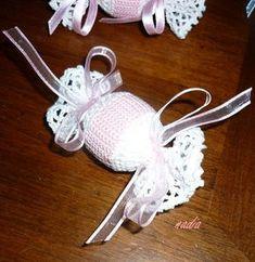 Caramella bomboniera | I fornelli della siora Nadia Crochet Bows, Crochet Motif, Free Crochet, Crochet Bikini, Knit Crochet, Crochet Patterns, Miss Match, Crochet Keychain, Wedding Favor Boxes