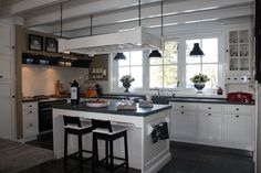 In het veluwse Voorthuizen staat deze prachtige landelijke keuken... een prachtige hoekkast en nog veel meer keukendetails...