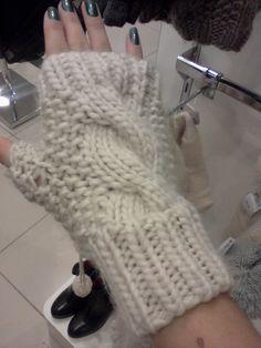 Hoje trago uma encomenda de luvas em tricô sem dedos.  A luva vinho foi feita com fio Alice da Círculo e  a luva cru foi feita...