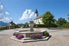 Unsere Kirche in Wals mit Dorfplatz im Vordergrund