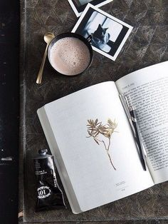 coffee and books always a good idea // @maisonmiru / TechNews24h.com