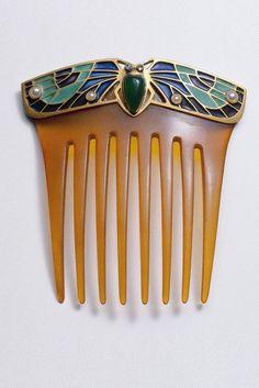 Zierkamm mit gefärbten Achaten, Perlen, Diamanten, Gold, Email und Schildplatt.