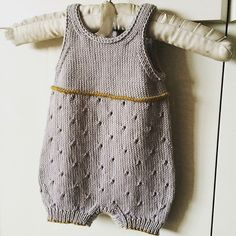 Baby Knitting Patterns Romper Ravelry: Pois Plume pattern by Julie Chanudet Baby Knitting Patterns, Baby Hats Knitting, Knitting For Kids, Baby Patterns, Knitting Ideas, Crochet Patterns, Baby Overalls, Baby Jumpsuit, Dungarees