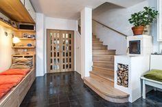 Klasickou pohovku v hlavním obytném prostoru nahrazuje lavice s měkkými polštářky a výsuvnými úložnými prostory. Televizní obrazovku zde nehledejte, mnohem příjemnější je sledovat živý oheň