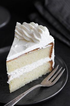 This classic vanilla cake is perfect for any occasion. It's made of 2 layers of moist vanilla cake filled with rich vanilla cream. The Most Amazing Classic Vanilla Cake Chiara Lovera Recipes This classic vanilla cake is perfect for Cupcakes, Cupcake Cakes, Gourmet Recipes, Dessert Recipes, Bakery Recipes, Yummy Recipes, Moist Vanilla Cake, Vanilla Buttercream, Buttercream Frosting