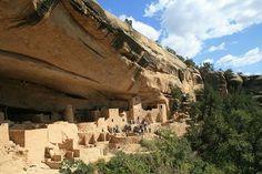 Les Anasazis Les Anasazis étaient un peuple amérindien qui occupait le sud-ouest des États-Unis. Faute de témoignage écrit, il est très difficile de dater précisément cette communauté même si on estime qu'elle atteint son apogée vers 1200 avant Jésus-Christ. Chasseurs, cueilleurs, les Anasazis avaient développé un système élaboré d'agriculture, de routes et de villes, qu'ils taillaient directement dans d'immenses falaises. Et pourtant, quand Christophe Colomb est arrivé, les Anasazis avaient…