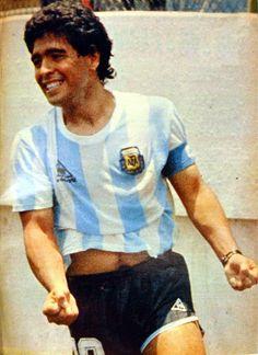 Diego Maradona festeja su gol frente a Italia en la Copa del Mundo de México 1986 (5 de Junio de 1986)