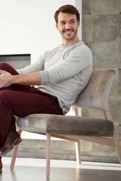 Confort et légèreté pour ce fauteuil Lindsay à piétement de bois. Design par Mobitec.