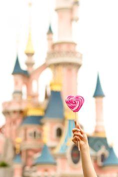 French fashion blogger Artlex to disneyland Paris / parc d'attraction disneylandparis / heart lollipop / castle of the Sleeping Beauty