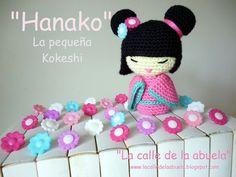 """""""Hanako"""" la Pequeña Muñeca Kokeshi Amigurumi - Patrón Gratis en Español aquí: http://lacalledelaabuela.blogspot.com.es/2016/05/hanako-la-pequena-kokeshi.html"""