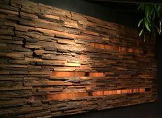 Koperen strips tussen de houten muurbekleding