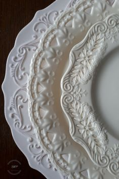 china dishes Fair Meadow Place - Set the Table - Buying and Collecting Dishes Vintage Plates, Vintage China, Deco Studio, White Dinnerware, Farmhouse Dinnerware, Classic Dinnerware, Porcelain Dinnerware, Dinnerware Sets, Antique Dishes