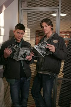 Supernatural: Jensen Ackles and Jared Padalecki during season one Sam E Dean Winchester, Sam Dean, Winchester Brothers, Jensen Ackles Jared Padalecki, Jared And Jensen, Supernatural Wallpaper, Supernatural Tv Show, Misha Collins, Emmanuelle Vaugier