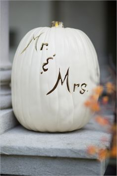 Fall DIY wedding project : Carve Mr. and Mrs in a pumpkin
