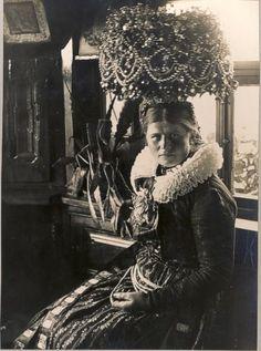 Trachtenträgerin mit St. Georgener Schäpel  Aufnahme um 1925. Bildarchiv Badische Heimat Nr. 2038_2 #StGeorgen