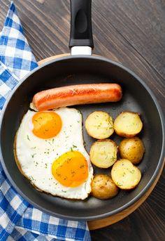 Hoje é dia de desafiarem os vossos filhos teenagers a serem um chef! Que tal sugerirem que façam uma receita simples como umas batatas salteadas, acompanhadas de ovos estrelados e salsichas? Eles vão adorar e achamos que vocês também! #Batatas #França #Sabor #Receitas #Receitasimples