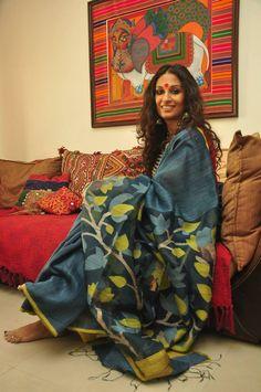 Lattice and vine jamdani motif woven pallu of a grey matka silk saree Bengali Saree, Indian Sarees, Silk Sarees, Kalamkari Saree, Isadora Duncan, Indian Attire, Indian Wear, Indian Style, Indian Dresses