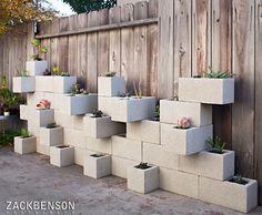 Blocos de concreto são ideais para uma decoração com um estilo jovem e industrial. Além de ser uma forma barata de ambientar o espaço, exige pouco trabalho. É possível criar diferentes possibilidades de mobiliário, apenas empilhando blocos ou os...