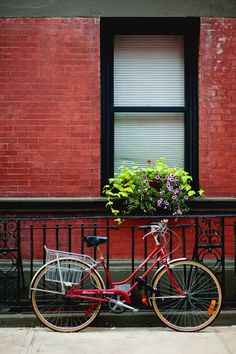 Beautiful red Schwinn Breeze: Is it sad that I love this?? Soooo my style.