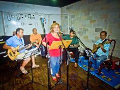 """Clássicos da MPB ganham destaque no restaurante Fino da Bossa no sábado, dia 19. Para as apresentações dos grupos """"Canta Boemia"""" e """"Amor & Samba"""", o público tem as opções de comprar o ingresso individual por R$ 15 ou comprar mesas por R$50. Durante o show """"Sambando na MPB"""", o ritmo de samba domina o...<br /><a class=""""more-link"""" href=""""https://catracalivre.com.br/manaus/agenda/barato/grupos-de-samba-agitam-noite-no-fino-da-bossa/"""">Continue lendo »</a>"""
