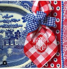 Blue willow plate with a red, white & blue table cloth. Red check napkin tied with a blue, small check ribbon is lovely. A USA patriotic look with a French flair! Blue And White China, Love Blue, Red White Blue, White White, Beautiful Table Settings, Patriotic Decorations, Deco Table, Vintage Modern, Decoration Table