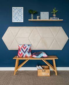 Inspiração fofa para um hall de entrada cheio de estilo! Amei a ideia da cabeceira de cama virar encosto para o banco, sem contar esse tom…