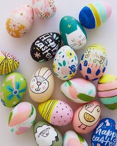 Today we're sharing something a step beyond the PAAS egg decorating kits of my childhood. These modern Easter eggs designs are tiny little works of art. Art D'oeuf, Easter Egg Designs, Easter Ideas, Easter With Kids, Easter Eggs Kids, Easter Tree, Easter Projects, Easter Food, Easter Egg Crafts