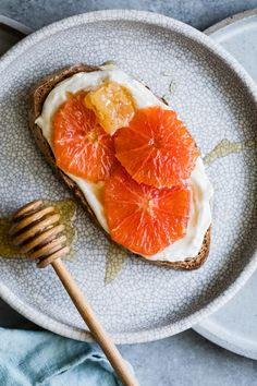 Honey Orange Ricotta Toast-Vanilla-laced whipped ricotta gets swirled on toast and topped with orange slices and a drizzle of honey. This super easy honey orange ricotta toast tastes like a savory sweet creamsicle-like tartine. Clean Eating Snacks, Healthy Snacks, Healthy Recipes, Spinach Recipes, Tofu Recipes, Noodle Recipes, Cauliflower Recipes, Pudding Recipes, Salmon Recipes