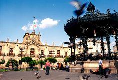 Plaza de Armas, con un hermoso kiosco Art Nouveau que fue hecho en Paris en el siglo XIX. / It is a rectangular plaza with a beautiful Art Noveau kiosk which was made in Paris in the 19th century.