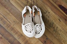 Upgrade your summer style with these boho crochet sandals with flip flop soles! Cheap flip flops and one ball of yarn is all you need for this free pattern.