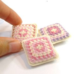 One miniature crochet pillow for dollhouse in granny square design, front in cream, pink and purple. Stuffed with fluffy soft fill in a cream cotton case. Choose your color!! Each one measures 3.0 x 3.0 cm (1 1/4 x 1 1/4). Handmade crocheted by me with cotton sewing thread. You only pay