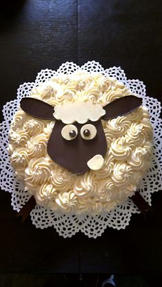 Shaun the sheep cake Sheep Cupcakes, Animal Cupcakes, Fun Cupcakes, Fondant Cakes, Cupcake Cakes, Shaun The Sheep Cake, Eid Cake, Farm Animal Birthday, Kolaci I Torte