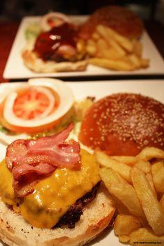 Mad Café. Foto de www.madridcoolblog.com Hamburguesas, aros de cebolla, refrescos, tarta de zanahoria