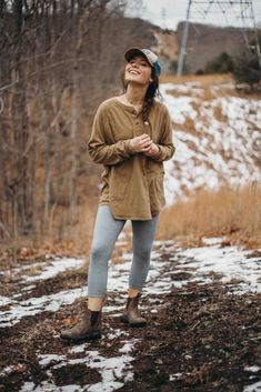 Camping-Outfits im Freien. 1019 Camping-Outfits im Freien. Summer Camp Outfits, Winter Outfits, Womens Hiking Outfits, Leggins Casual, Climbing Outfits, Outdoorsy Style, Mode Hippie, Camping Desserts, Fashion Models