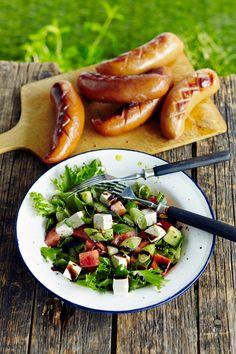 Vesimeloni-fetasalaatti ja grillimakkara on helppoa ja herkullista kesäruokaa | K-Ruoka